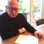 Thomas Bierling mit seinem Antwortschreiben