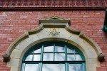 Freimaurer Logenhaus Sligo, Irland, Fenster mit Winkel und Zirkel
