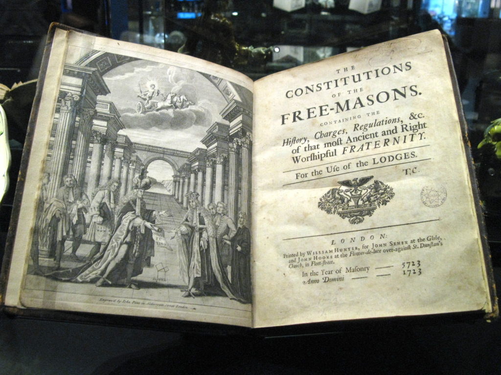 The Old Charges (die Alten Pflichten) von 1723 – by Declic [GFDL (http://www.gnu.org/copyleft/fdl.html) or CC BY-SA 3.0 (https://creativecommons.org/licenses/by-sa/3.0)], from Wikimedia Commons